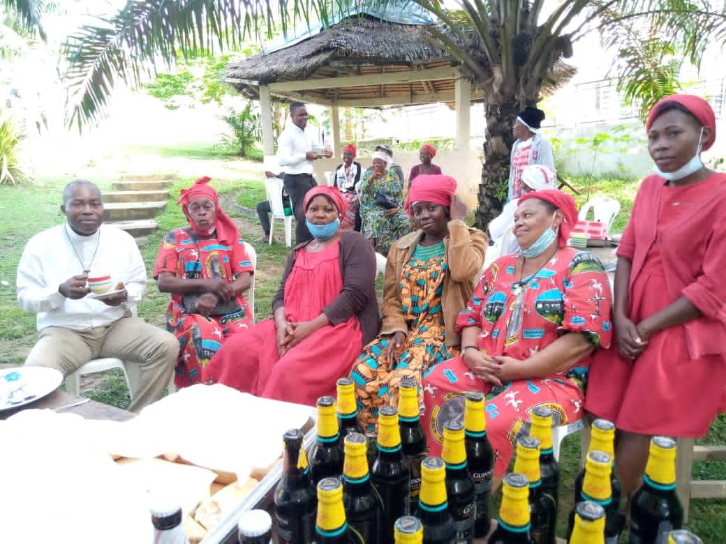 La délégation de Kribi offre le petit déjeuner aux prêtres
